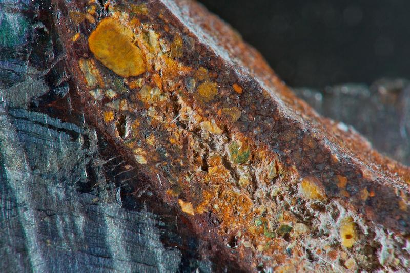 Sand-agtig inklusion i kanten af jernmeteorit